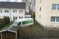 Die Fahrzeuge hat man ungefragt bei unserem Nachbarn im Garten abgestellt.